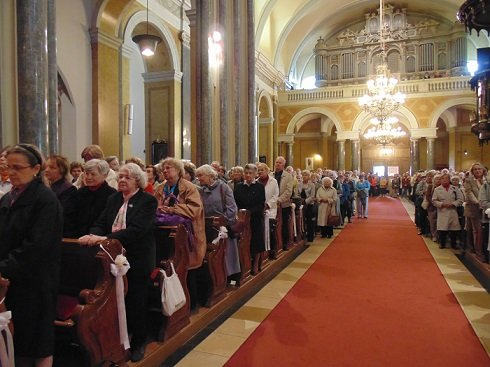 Hívők hallgatják Orbán Viktor 50. születésnapja alkalmából megtartott hálaadó szentmisét 2013. május 31-én