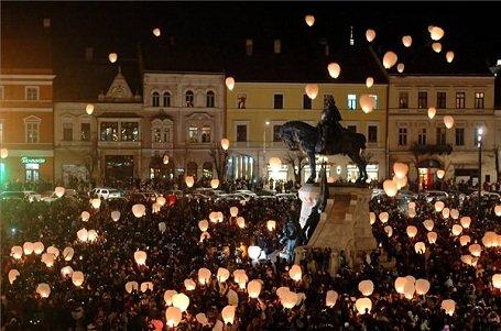 Ezrek ünnepelték Kolozsvár főterén Mátyás király születési évfordulóját