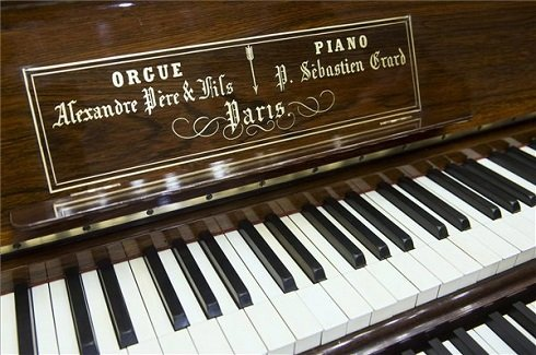 Liszt Ferenc felújított különleges hangszere, egy harmónium és pianínó kombinációja, amelyet koncert keretében mutatnak be 2013. október 12-én a Régi Zeneakadémia Liszt Ferenc kamaratermében, a Liszt Ferenc Emlékmúzeum rendezésében. MTI Fotó: Koszticsák Szilárd