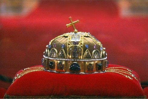 A Szent Koronát az Országházban üvegbúra alatt őrzik - Koronázások alkalmával királyaink fejére nem helyezték, kisugárzása miatt csak fejük fölé tartották
