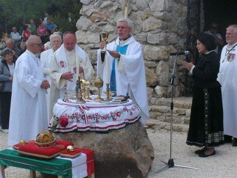 Ünnepi miséket, istentiszteleteket tartanak országszerte