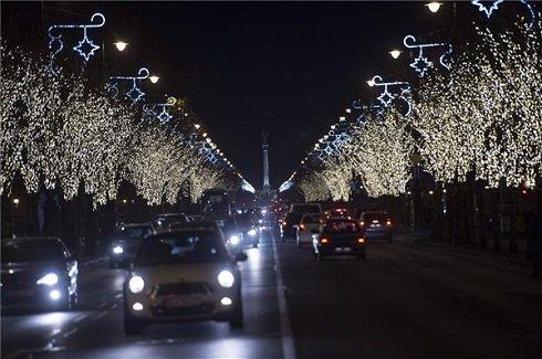 Adventi díszvilágítás Budapesten, az Andrássy úton 2013. december 5-én. MTI Fotó: Illyés Tibor