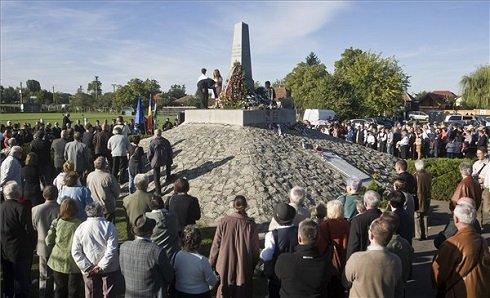 Megemlékezés az 1848-49-es forradalom és szabadságharc évfordulóján, az aradi vértanúk emléknapján a vesztőhelyen felállított obeliszknél Aradon 2013. október 6-án. MTI Fotó: Ujvári Sándor