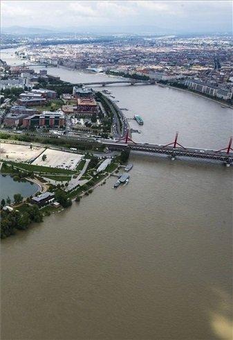 Az áradó Duna Budapesten 2013. június 4-én. MTI Fotó: Illyés Tibor