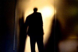 Sötétben minden árnyék férfi