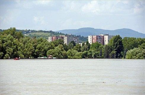 Az áradó Duna Békásmegyer magasságában 2013. június 9-én. MTI Fotó: Lakatos Péter