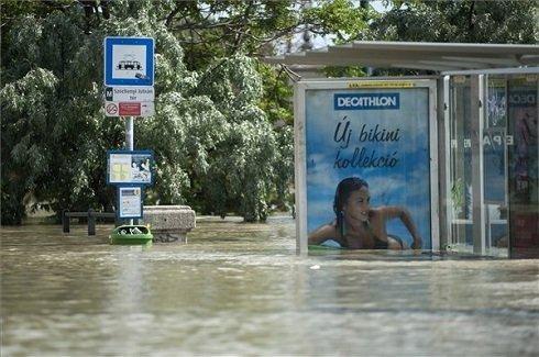 A Duna áradása miatt elöntött villamosmegálló a Széchenyi István téren 2013. június 9-én. MTI Fotó: Marjai János