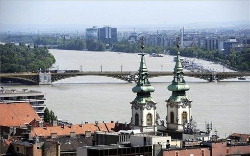 Lassan apad a megáradt Duna Budapesten 2013. június 10-én. Középen a Margit híd. A fővárosban 887-ről 884 centiméterre csökkent a vízszint. MTI Fotó: Földi Imre