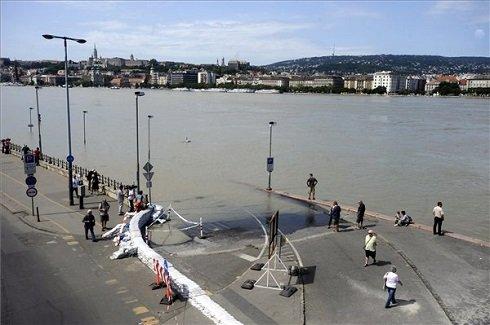 Lassan apad a megáradt Duna Budapesten 2013. június 10-én. A fővárosban 887-ről 884 centiméterre csökkent a vízszint. MTI Fotó: Földi Imre