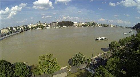 Az áradó Duna a Lánchíd és Erzsébet híd közötti szakaszon 2013. június 9-én. MTI Fotó: Kmetz Imre
