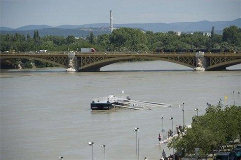 A megáradt Duna Budapesten, háttérben a Margit híd 2013. június 10-én. A fővárosban 887 centiméter a folyó vízszintje, ez 4 centivel alacsonyabb a tetőzéskor mért rekordértéknél. MTI Fotó: Koszticsák Szilárd