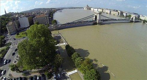 Az áradó Duna a Lánchídnál 2013. június 9-én. MTI Fotó: Kmetz Imre