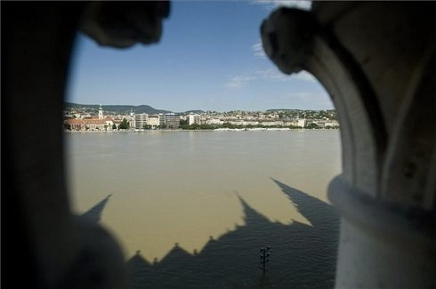 A megáradt Duna Budapesten az Országházból fotózva 2013. június 10-én. A fővárosban 887 centiméter a folyó vízszintje, ez 4 centivel alacsonyabb a tetőzéskor mért rekordértéknél. MTI Fotó: Koszticsák Szilárd