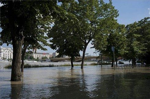 A Margitsziget déli bejárójának elöntött része, háttérben a Margi híd 2013. június 9-én. MTI Fotó: Kallos Bea