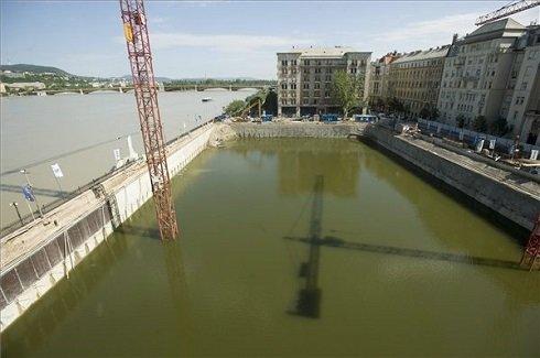 A Duna áradását megelőzően vízzel feltöltött Kossuth téri, épülő mélygarázs munkagödre 2013. június 10-én. A Duna rekordmagasságú vízszintjének nyomásával szemben a korábban bepumpált víz nyomása támasztja meg az épülő mélygarázs résfalát. MTI Fotó: Koszticsák Szilárd