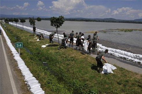Homokzsákokkal erősítik meg a gátat katonák a Duna áradása miatt Dunabogdánynál 2013. június 9-én. MTI Fotó: Kovács Attila