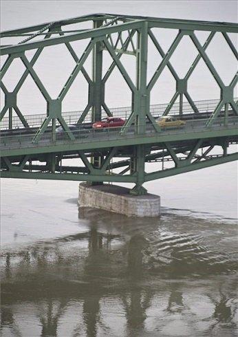 A megáradt Duna a dunaföldvári Beszédes József hídnál 2013. június 10-én. A folyam vízszintje reggel érte el a hídnál az eddigi legnagyobb, 703 centiméteres vízállást, este itt 710 centiméterrel tetőzik az árhullám. MTI Fotó: Ujvári Sándor