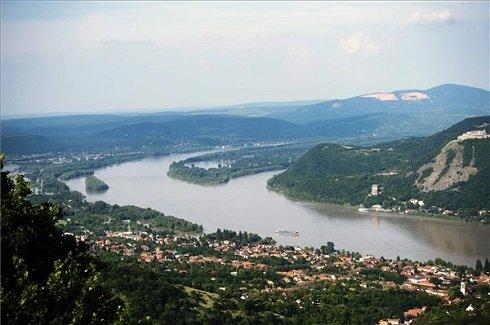 A Dunakanyar a Nagymaros feletti hegyen lévő Julianus kilátóból 2013. június 9-én. MTI Fotó: Beliczay László