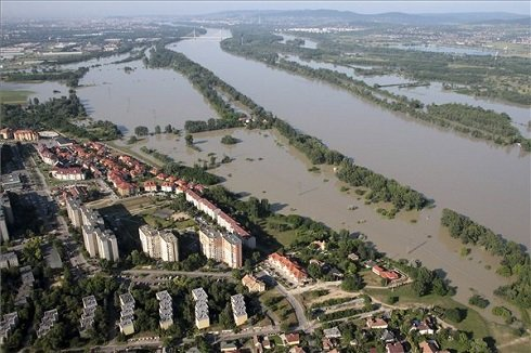 A megáradt Duna Dunakeszi mellett 2013. június 8-án. MTI Fotó: Kocsis Zoltán