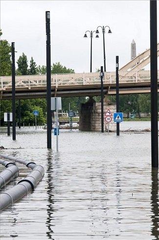 A Duna által elöntött Móricz Zsigmond rakpart Győrben 2013. június 4-én. A miniszterelnök az árvíz miatt veszélyhelyzetet hirdetett Győr-Moson-Sopron és Komárom-Esztergom megye egészére, valamint Pest megye és a főváros egyes területeire. MTI Fotó: Krizsán Csaba