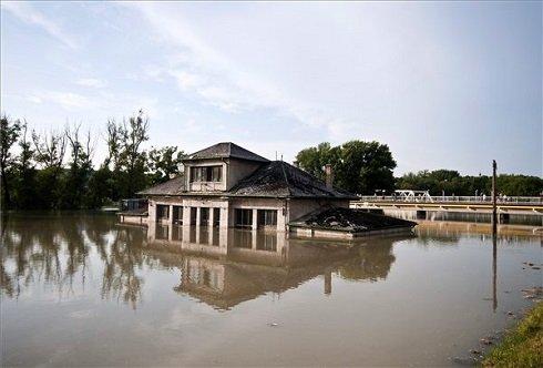 Épület a megáradt Rába folyó által elárasztott területen, Győr belvárosában 2013. június 7-én. MTI Fotó: Krizsán Csaba