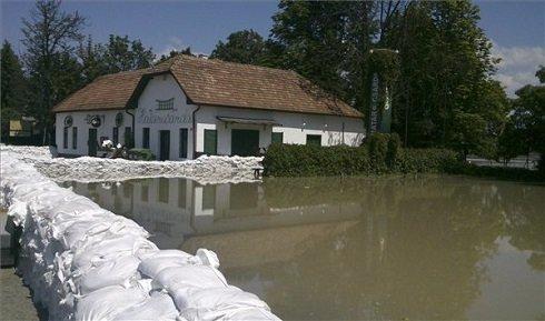 A 11-es főút melletti Halászcsárda Szentendre és Leányfalu határában 2013. június 8-án. Az árvízvédelmi munkálatok, valamint a vízátfolyások miatt a 11-es főút több szakaszán is teljes, vagy félpályás zárás van érvényben, így például Szentendrén, Leányfalun, Dunabogdánynál, Visegrádnál, Dömösnél és Pilismarótnál. MTI Fotó: Éder Vera