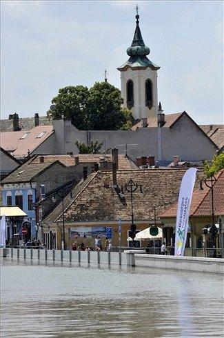 A megáradt Duna a szentendrei mobilgátnál 2013. június 9-én. MTI Fotó: Kovács Attila