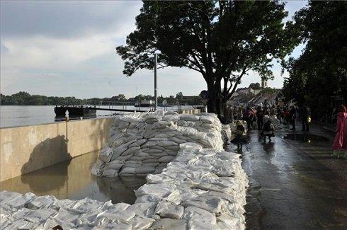 Homokzsákokkal megerősített gát a szentendrei Dunakorzón 2013. június 8-án. MTI Fotó: Weisenburger István