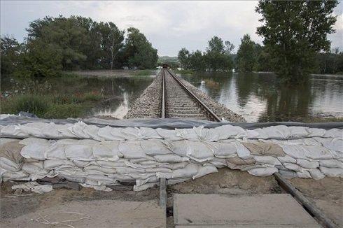 Homokzsákok a vasúti síneken Táton 2013. június 8-án. MTI Fotó: Szekeres Panna