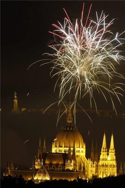 Budapest, 2014. augusztus 20. Ünnepi tűzijáték a Duna felett Budapesten 2014. augusztus 20-án. MTI Fotó: Szigetváry Zsolt