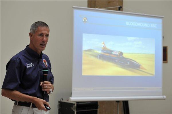 Andy Green, a brit királyi légierő vadászpilótája beszél a Bloodhound (veréb) szuperszonikus interaktív autómodell bemutatóján Nagy-Britannia budapesti nagykövetségén 2014. július 23-án. Az autóval 2016-ban sebességi világrekordot szeretnének felállítani. MTI Fotó: Kovács Attila
