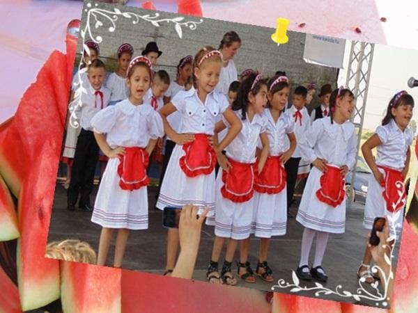 2014. augusztus 2. Csányi Dinnyefesztivál - A legkisebbek fellépéséhez a szép ruhák adományokból készültek. - Fotó: Magyar Nő Magazin