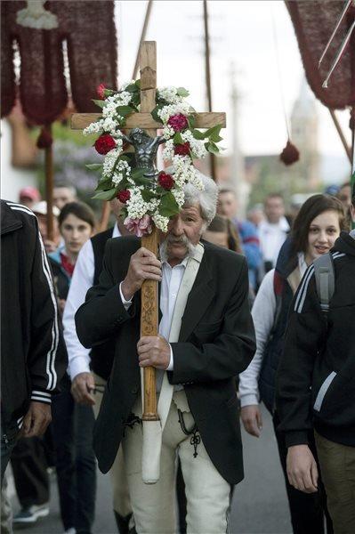 A csíksomlyói búcsúra tartó felcsíki zarándokok Csíkdánfalván 2015. május 23-án. MTI Fotó: Koszticsák Szilárd