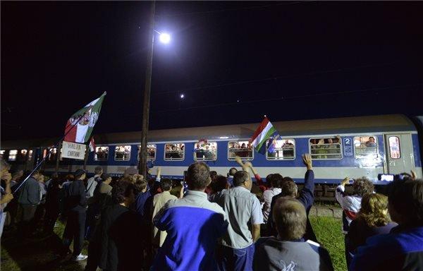 A Székely Gyors-Csíksomlyó expressz a csíksomlyói búcsúra tartó zarándokokkal megérkezik Csíkkarcfalvára 2015. május 22-én. A Csíksomlyó Expressz Szombathelyről indult, majd Budapesten, a Keleti pályaudvaron csatlakozott hozzá a Székely Gyors. A tizenhat kocsiból álló, egyesített szerelvény ezeregyszáz zarándokot vitt a búcsúra. MTI Fotó: Máthé Zoltán