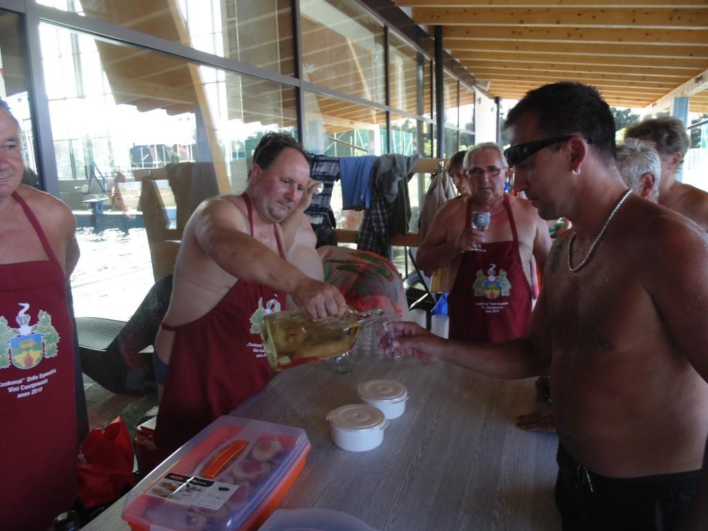 Ilia Csaba a borlovagrend nagymestere kínálja a pincehideg nedűt.