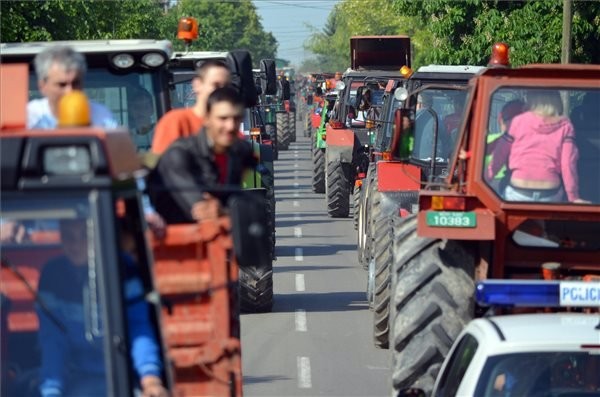 Résztvevők a vajdasági Oromhegyesen rendezett traktorfesztiválon 2014. május 11-én. MTI Fotó: Molnár Edvárd