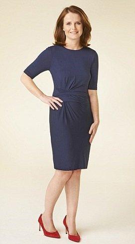 Rafinált, kissé lezser szabású kék ruha, amelyet a piros cipő tesz izgalmassá.