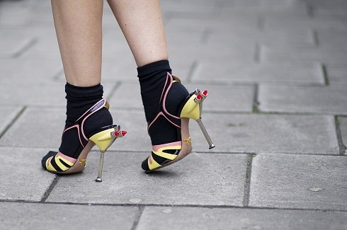 A legújabb divat szerint magas sarkúban is takargathatjuk lábfejünket.
