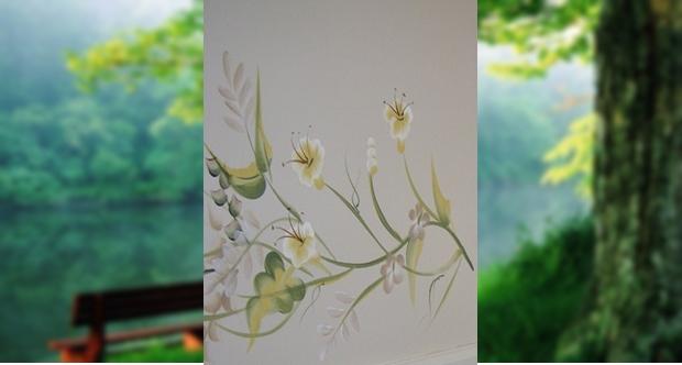 Üde tavaszi virág pompázik a fehérre festett falon. A lakás bármelyik helyiségének csupasz falán jól mutat.