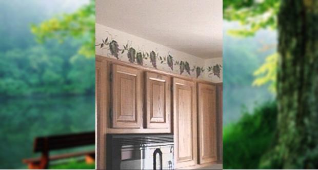 A napfényes konyha elmaradhatatlan része a zöld növény. Ezt a falra festett kúszó virágot soha nem kell a szkrény tetején öntözni.