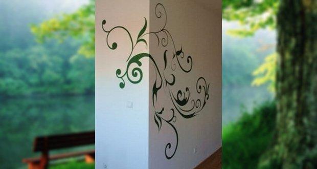 Inda kanyarog a falra kúszva. A sarok élét tompítva, szépsége éppen a motívum egyszerűségében rejlik.