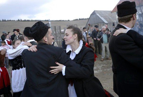 Farsangolók táncolnak a Hargita megyei hagyományőrző csoportok huszonkettedik alkalommal megrendezett farsangbúcsúztatóján a székelyföldi Pottyondon 2014. március 1-jén. MTI Fotó: Beliczay László