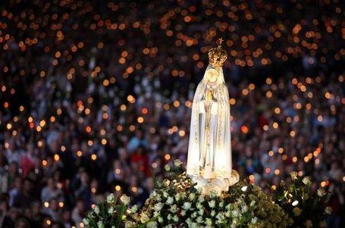 Zarándokok tömege várja a fatimai Szűz Mária-szobrot Rómában