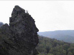 Kőbe vannak zárva