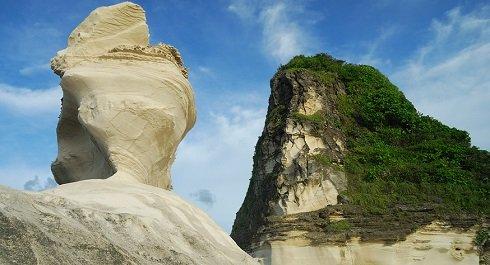"""A sziklafejek a Fülöp-szigetek Ilocos tartományában beszélgetnek. A """"Sphinx"""" válaszára hiába vár az arra járó turista. Fotó: roadworthyman"""