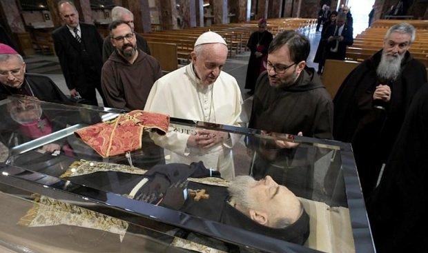 Ferenc pápa szombaton Pió atya földi maradványainál imádkozott