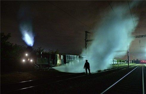 Dani Szabolcs mozdonyvezető éjszakai szolgálaton a fertőbozi fűtőháznál 2013. szeptember 29-én. A Győr-Sopron-Ebenfurti Vasút Zrt. (GYSEV) által üzemeltetett, Fertőbozról Nagycenkre közlekedő kisvasút 492-es sorozatú, András nevű gőzmozdonya a folyamatos üzemben tartás miatt állandó felügyeletet igényel. Éjszakára nem állítják le a mozdony gőzfejlesztő kazánját, óránként kell pótolni az elégett fűtőanyagot, a reggeli indulás előtt pedig be kell olajozni a mozgó alkatrészeket. MTI Fotó: Máthé Zoltán