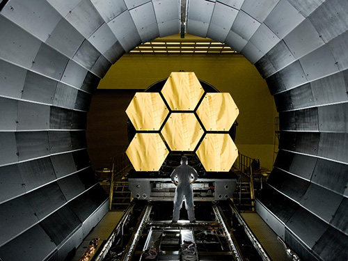 A James Webb űrtávcső néhány tükörszegmense a földi tesztcsarnokban Forrás: NASA