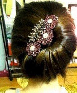 Klasszikus, aszimmetrikusan feltűzött frizura