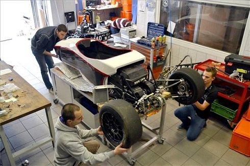 Az utolsó szerelési munkálatokat végzi egy fővárosi műhelyben Nagy Alex harmadéves hallgató (b, elöl), Ádok Róbert (b, hátul) és Kőszegi Péter Bence (j), mindketten másodéves hallgatók, a BME Formula Racing Team tagjai egy saját fejlesztésű high-tech versenyautó-modellen 2013. május 13-án. A csapat az új, villamos hajtású versenyautóval indul az idei gyorsulási versenyeken. MTI Fotó: Balaton József